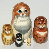 Κοκκινομάλλης γάτα φωλιάζουν κούκλες