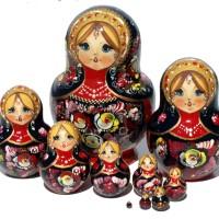 Κόκκινες κούκλες matryoshka με λουλούδια