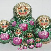 Muñecas de apilamientos verdes